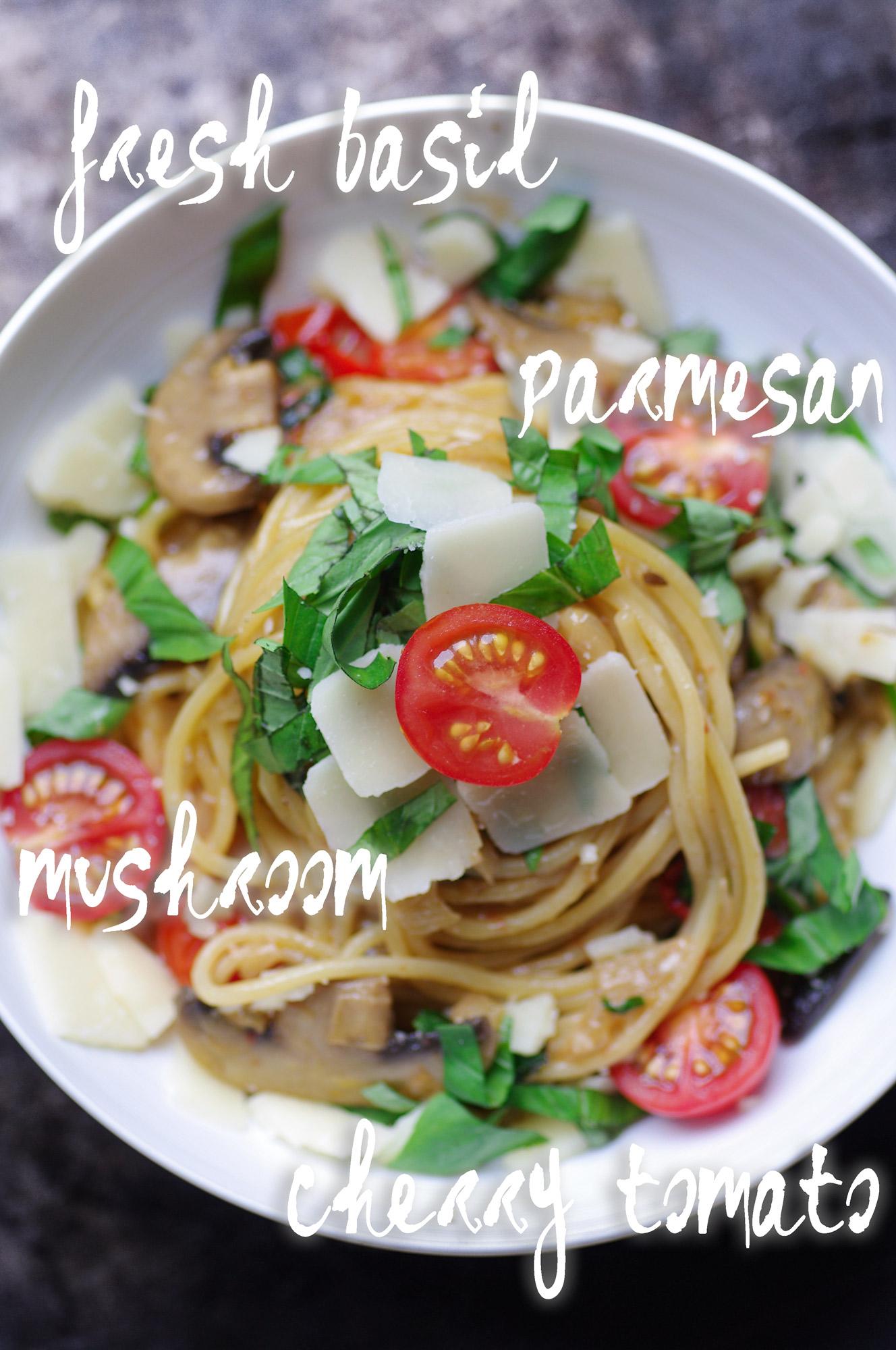 """, recette, blog, blogger, food, cooking, miel, honey, herbs, veggie, easy, quick,croustillant, camembert ,cheese, cheesy, fromage, coulant, croustillant, kasher, kosher, soupe, soup , velouté, creme; cream; legumes, verdures, healthy, veggie, vegan , pesto , pasta , cheese, basilic , olive oil , italiano, pâte, pate, sauce, cilantro , avocado, avocat, vegan, healthy, diet, legumes, léger, guacamole ;healthy, sushi, raw, fish, tatami, asian,asiatic, tartar, salmon , saumon, ginger,apple, tartare, quinoa; salad, bowl, avocado, avocat, legumes, sain, diet, vegetable, salade, salad, pate, pasta, cream , creme, mushroom, champignon, cheese, parmesan, fromage ,c'était un dimanche et il ne me restait pas grand chose dans mon frigo. quelques tomates cerises de bonnes qualités, des champignons de paris et des oignons.  mon mari avait faim , j'ai ouvert mon réfrigérateur et je me suis dit  """" fait des spaghetti avec"""" visiblement c'était une bonne idée car je ne l'avais jamais vu engloutir une telle quantité de pâte.  comme quoi  des fois c'est quand il ne reste pas grand chose dans les placards qu'on sort les meilleurs plats"""